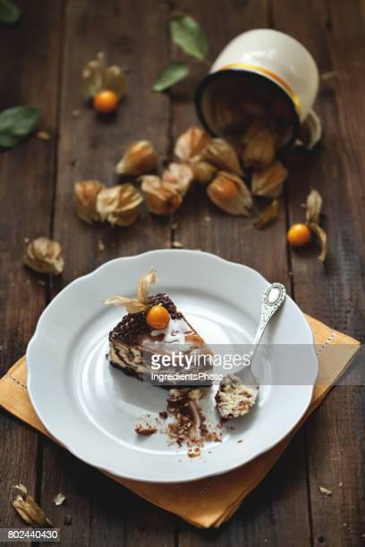 Frais délicieux en marbre au chocolat gâteau au fromage avec des physalis orange sur le dessus.