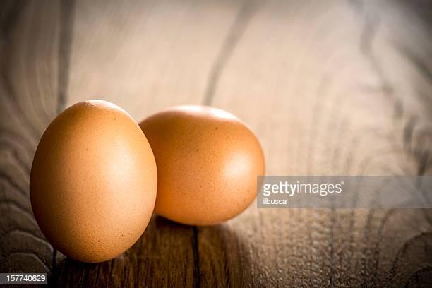 Frische Eier auf Holz Tisch