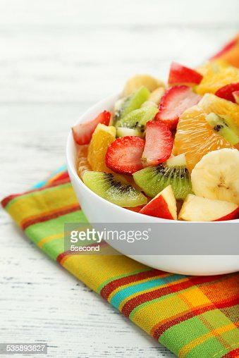Frisches Obst-Salat auf weißem Holz-Hintergrund : Stock-Foto