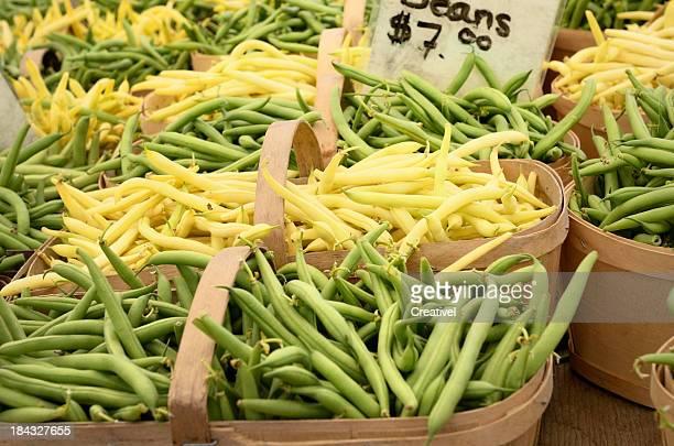 Frischen grünen und gelben beens im farmer's market