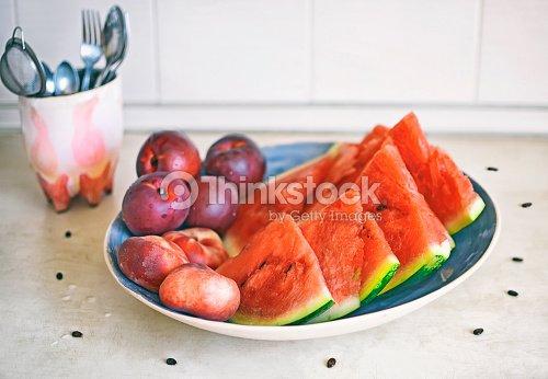 frische gesunde fr chte pfirsiche nektarinen und wassermelone auf dem tisch in der k che stock. Black Bedroom Furniture Sets. Home Design Ideas