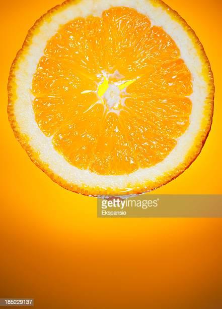 Fetta d'arancia fresco succo di frutta gocciolante su sfondo alba