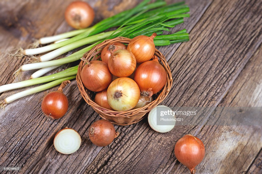 Fresh organic onion and spring onion on rustic tabl : Foto de stock