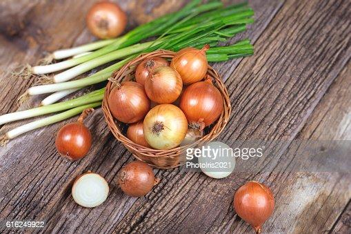 Fresh organic onion and spring onion on rustic tabl : Foto de stock