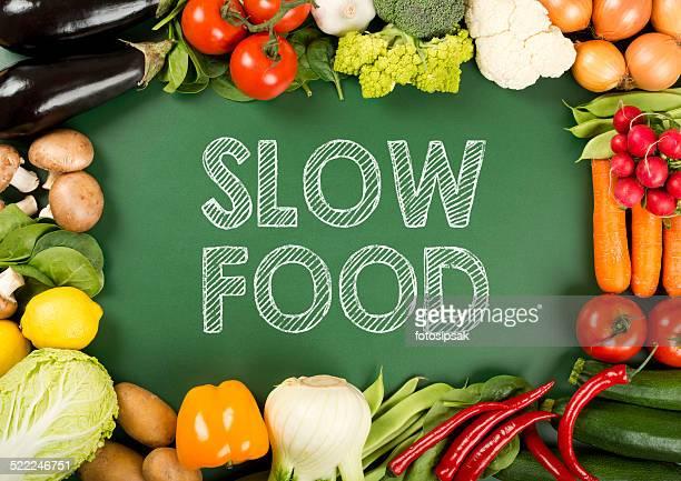 Légumes biologiques frais sur le panneau «slow food».