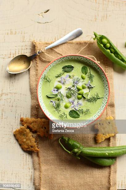 fresh pea soup with crackers