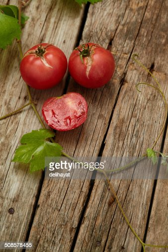 Fresh ripe  tomatoes on wooden background : Stockfoto
