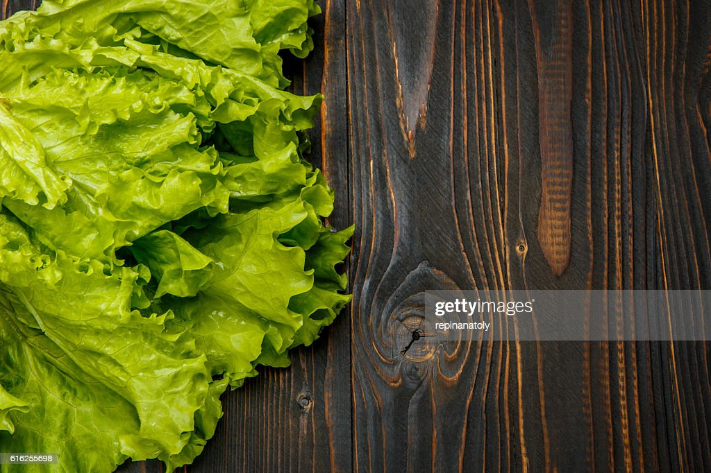 Fresh salad lettuce on wooden background : Foto de stock
