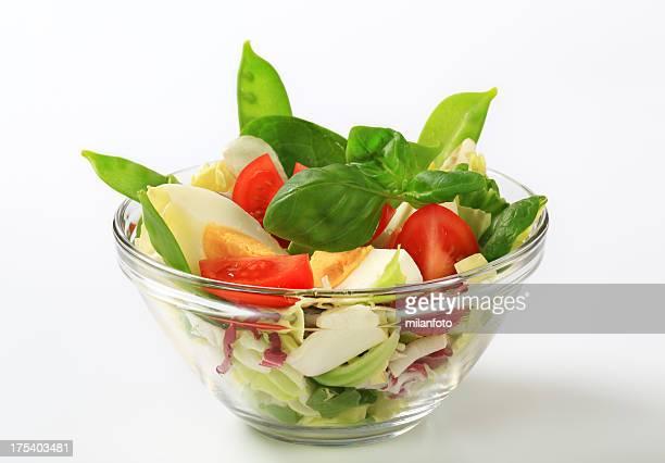 Frischer Salat mit hartgekochtes Ei