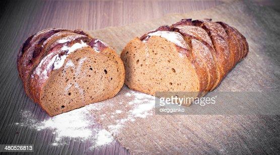 Frisches, leckeres Brot auf hölzerne Hintergrund : Stock-Foto