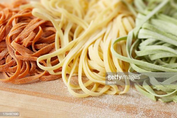 uncooked pâtes fraîches linguine sur bois