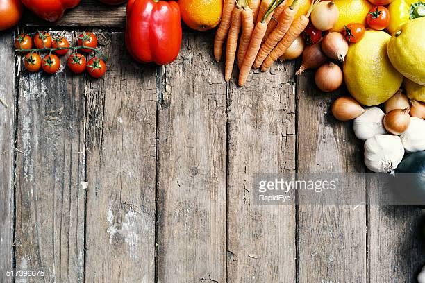 Frontera de vegetales frescos sobre fondo de madera antigua