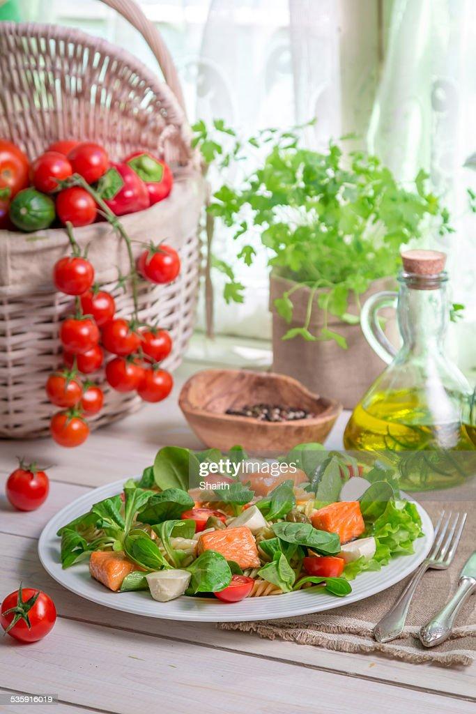 Frescos produtos hortícolas e Salmão como os ingredientes de salada : Foto de stock