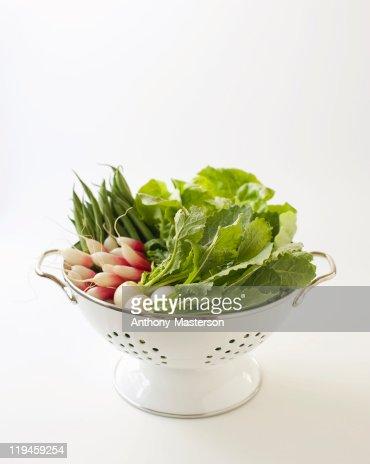 Fresh vegetables in a colander : Bildbanksbilder