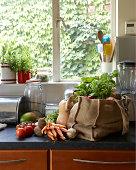 Frisches Gemüse in der Küche der Tasche aus Segeltuch