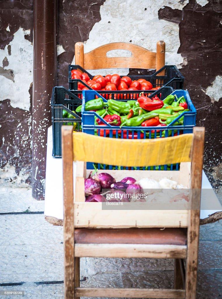 Verduras frescas, se venden en Bari ciudad antigua, Apulia, Italia : Foto de stock
