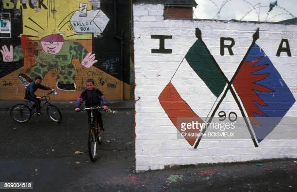 Fresques independantistes sur des murs du quartier catholique de Belfast en Irlande