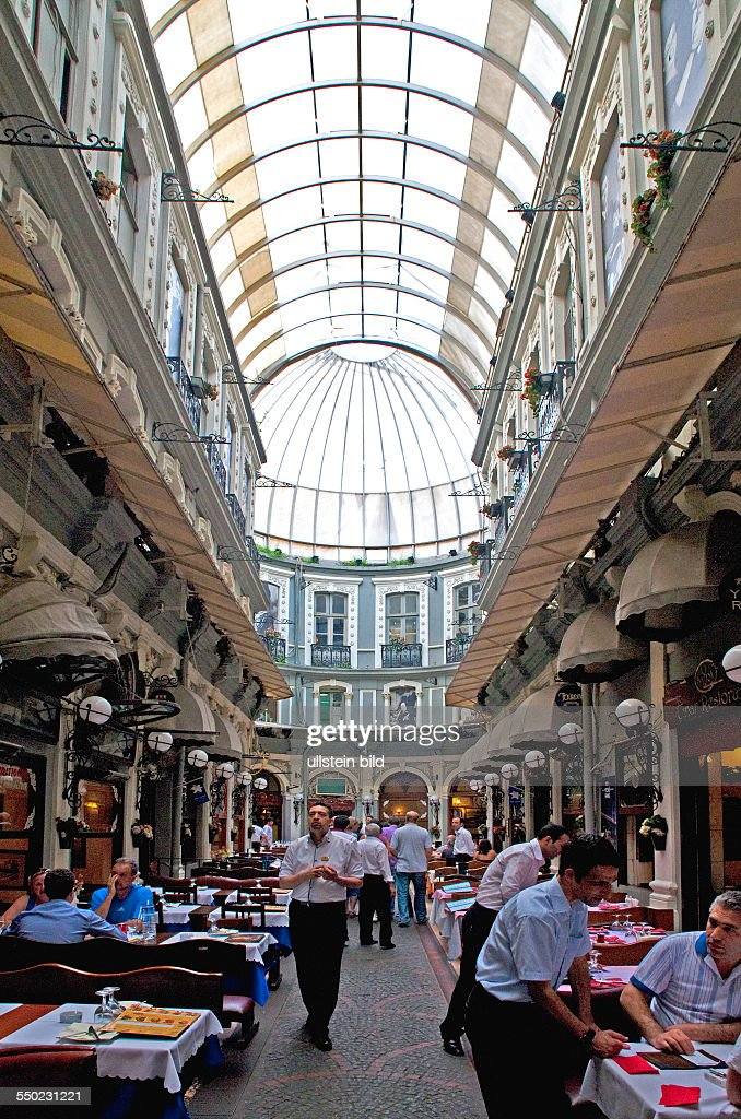 Fressgasse an der Istiklal Caddesi Strasse der Unabhaengigkeit Prachtstrasse und Shoppingmeile mit internationalem Flair TUERKEI Istanbul 062011...