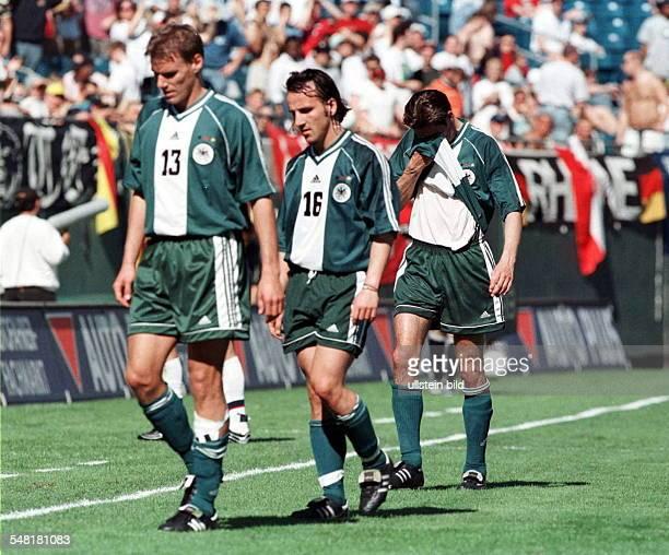 Freundschaftsspiel in Jacksonville USA Deutschland 30 die deutschen Spieler Alexander Zickler Jens Jeremies und Michael Preetz verlassen nach der...