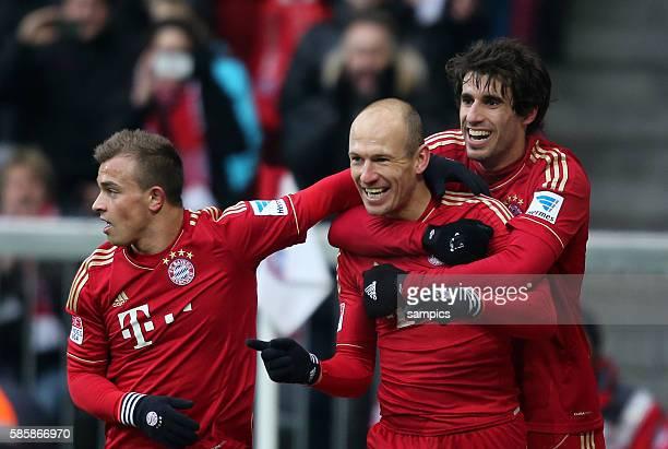 Freute sich über sein Tor Arjen ROBBEN FC Bayern München mit Xherdan Shaqiri FC Bayern München und Javi Martinez FC Bayern München 1 Bundesliga...