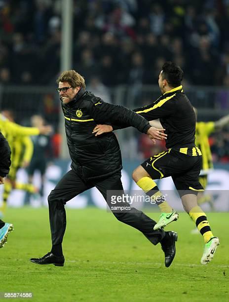 Freuten sich über das Erreichen des Halbfinals jubel Sprung von Trainer Jürgen Juergen Klopp Borussia Dortmund Viertelfinale Borussia Dortmund FC...
