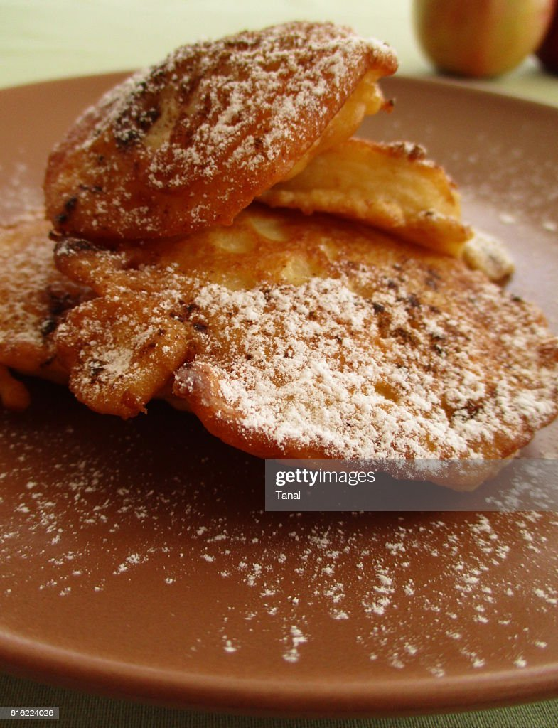 Fried apples on brown plate : Stock-Foto