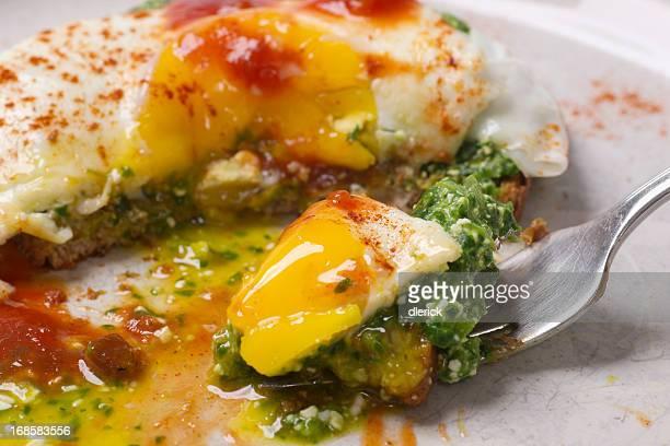 Oeuf au plat sur pain grillé avec des épinards au Pesto