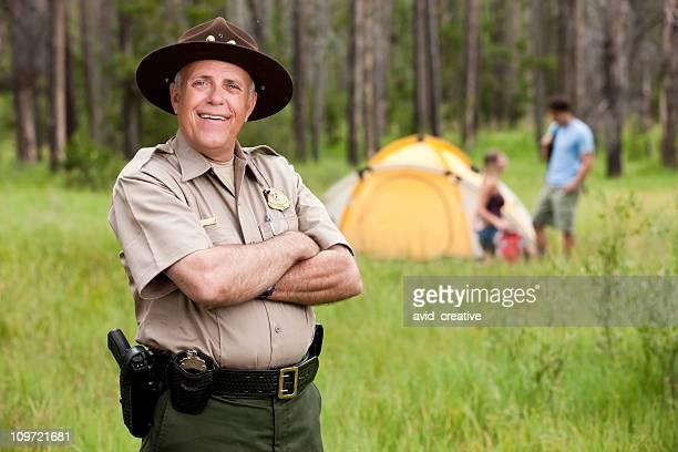 Freundliche Park Ranger im Zeltlager