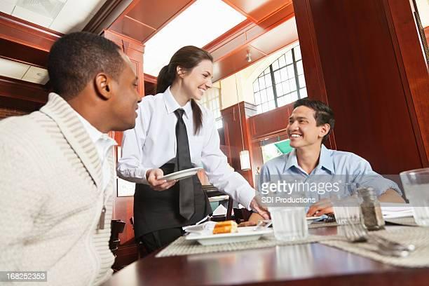 Freundliche Bedienung serviert Gäste in Nizza restaurant