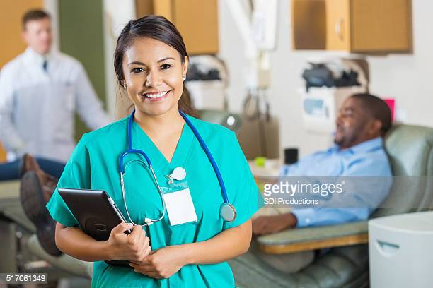 Simpática jovem enfermeira sorridente em bancas Centro de doação de sangue