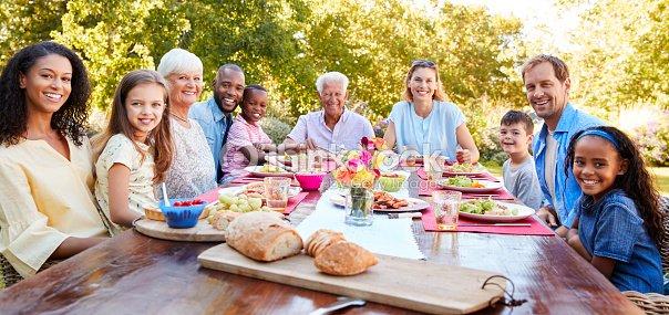 友人や家族の庭で昼食をとった、カメラを : ストックフォト