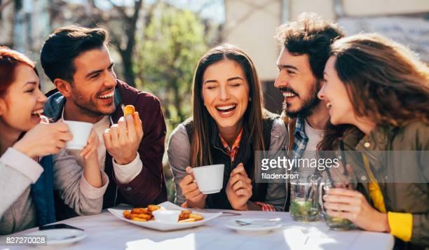 Amigos en un restaurante