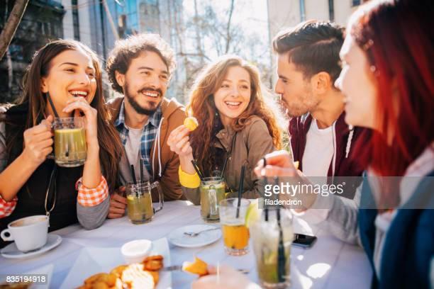 Vrienden in een restaurant