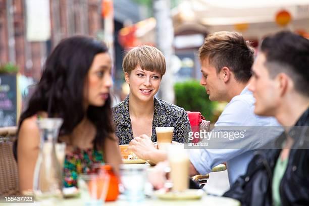 Freunde in einem street café in Berlin