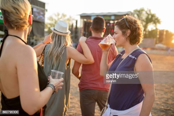 Amis au festival de musique