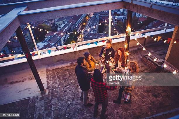 Amis à la fête sur le toit