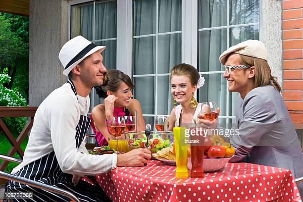 Amis à la fête en plein air