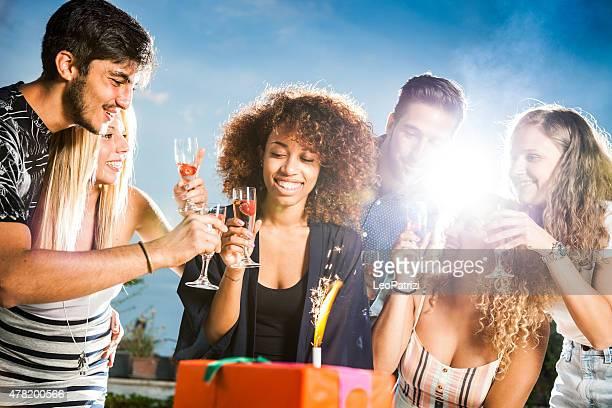 Freunde Blasen Sie Kerzen am Geburtstag party