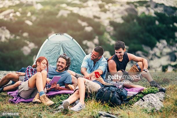Amis surfer sur le net dans la montagne