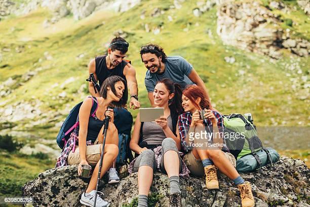 Amigos de navegar por la Web en la montaña