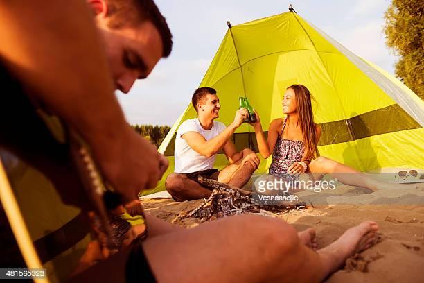 Amigos campamento en la playa