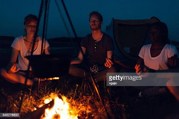 Freunde zusammen camping in der Natur
