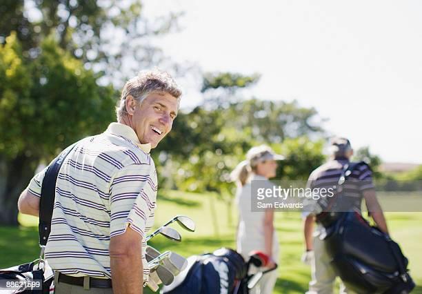 Amis porter les sacs de golf