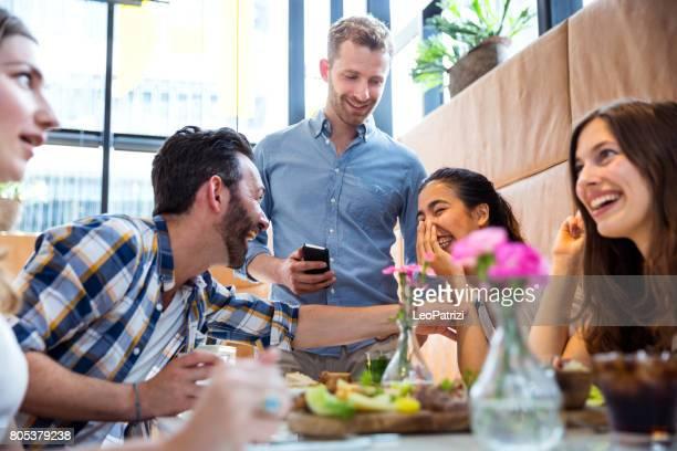 Amigos celebrando una fiesta en un café