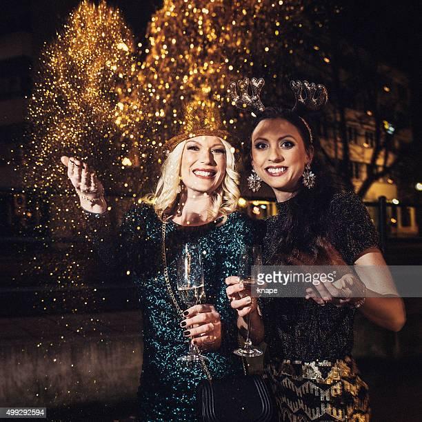 Freunde feiern Sie Silvester im Freien
