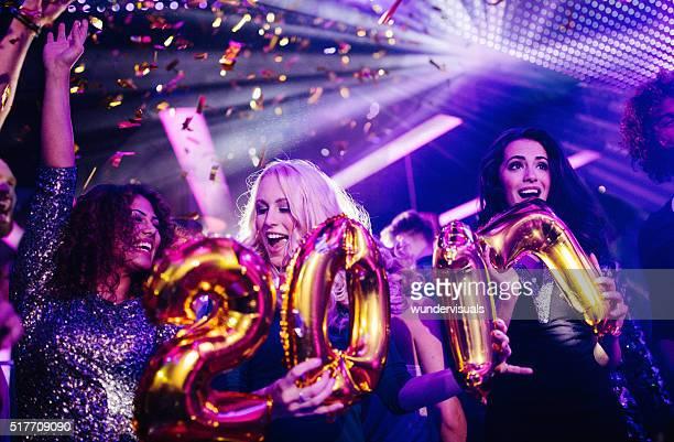Freunde feiern Sie Silvester mit einer Nacht-club Partei