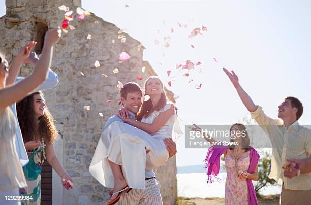 ご友人とのお祝いの新婚カップル