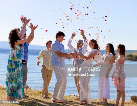 Amici festeggiare coppia di sposini