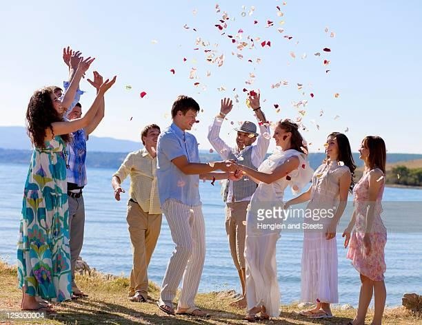 Amigos Celebrando Recém-casados Casal