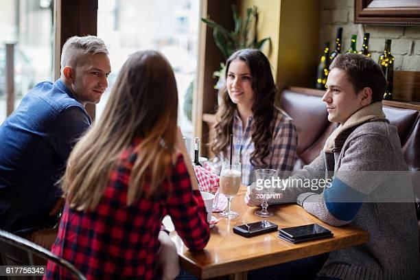 Amis discutant au café